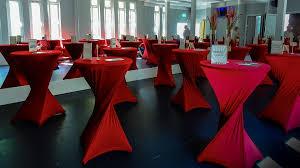 tafels evenementenlocatie met rode accenten