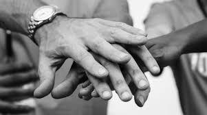 foto teambuilding handen op elkaar