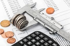 foto begroting met rekenmachine en balans