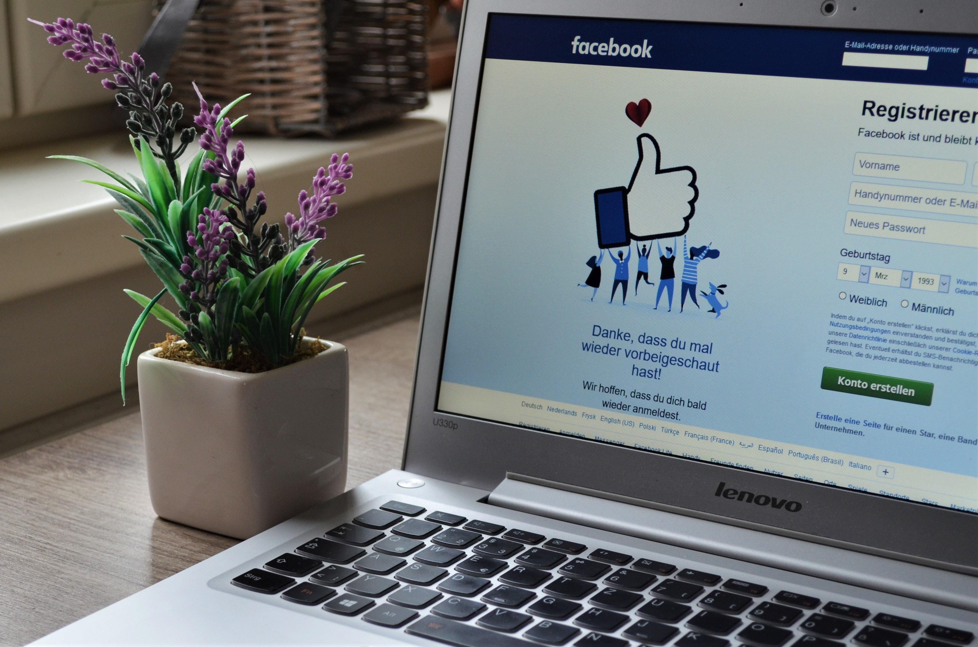 Foto van een laptop met de inlogpagina van facebook op het scherm